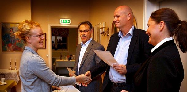 Lisa Marie Johansen fra Moss Kajakklubb mottar gave fra Stiftelsen